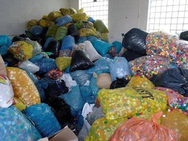 Pořadatelé sbírek našli lepší způsob využití plastových víček než jen vyhodit je do koše. Ilustrační foto.