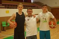Václav Havel (uprostřed) basketbal miluje. V hale tráví hodiny, historii pelhřimovského klubu má v malíčku.