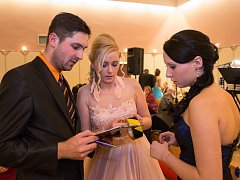 Poslední detaily se dolaďují pár minut před začátkem maturitního plesu.