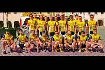 """Pelhřimovský Velosport Scott team má dvě tváře. Ta první, závodnická budí respekt. Řada jezdců ve žlutém trikotu důvěrně zná ten pocit, """"být na bedně"""". Cyklistika ale neznamená pouze úsilí o co nejrychlejší průjezd tratí."""