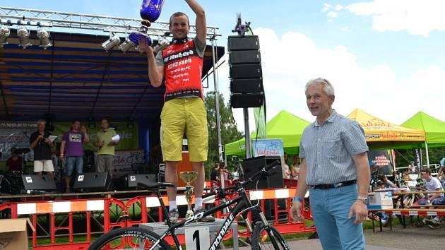 Putovní pohár starosty města Kamenice nad Lipou si letos zasloužil absolutní vítěž maratonu Jan Škarnitzl.