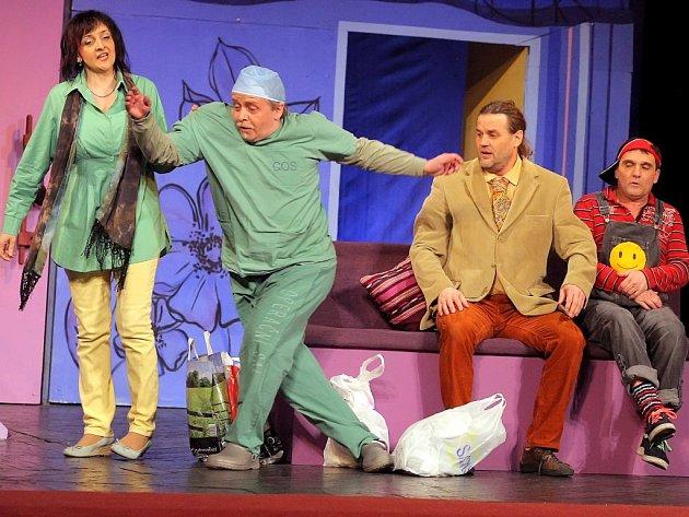 Lidé v hledišti Městského divadla Pelhřimov se baví, a to díky pelhřimovským ochotníkům, kteří si pro letošní sezonu připravili britskou situační komedii s názvem A je to v pytli!.