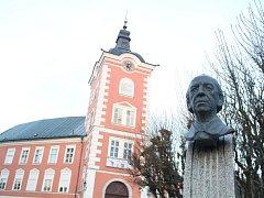 Kamenice nad Lipou se k Vítězslavu Novákovi trvale hlásí. Jeho bustu najdou návštěvníci města v sousedství zámku.