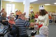 Tři skautky odstartovaly sbírku v domově pro seniory.
