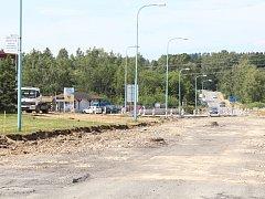 Stavbu nového kruhového objezdu v Pelhřimově zahájili dělníci  ve čtvrtek 30. června. Objezd by měl být průjezdný začátkem října.
