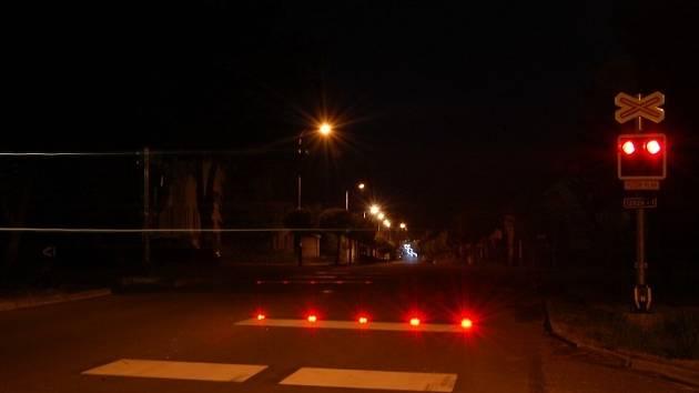 Diodová světla společně s klasickými výstražníky řidičům svým blikáním signalizují uzavření přejezdu. Kamenice je druhým místem v republice se světelnou závorou.
