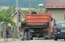 V Lukavci opravují silnici.