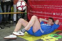 Dvaatřicetiletý strojní zámečník z Hlučína – Darkoviček Jiří Kremser v pátek v prostoru stánku pelhřimovské agentury Dobrý den překonal světový rekord.