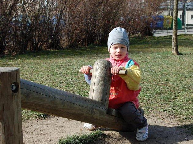 Stávající dětské hřiště je v Žirovnici desítky let. Pro děti jsou zde nevyhovující atrakce i pískoviště. Na houpačce je dvouletý Lukáš Knotek.