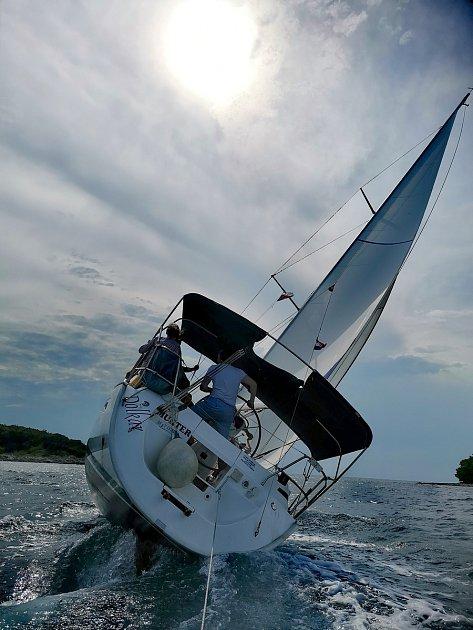 FOTO 4.Vsrpnu jsme jeli spřáteli na narozeninovou plavbu. Zatoužila jsem mít fotku lodi zezadu vzáklonu, takže jsme to vymysleli tak, že jsme za ní táhli člun a já statečně fotila. Mám krásnou vzpomínku, vždycky jsem si přála oslavit narozeniny na moř