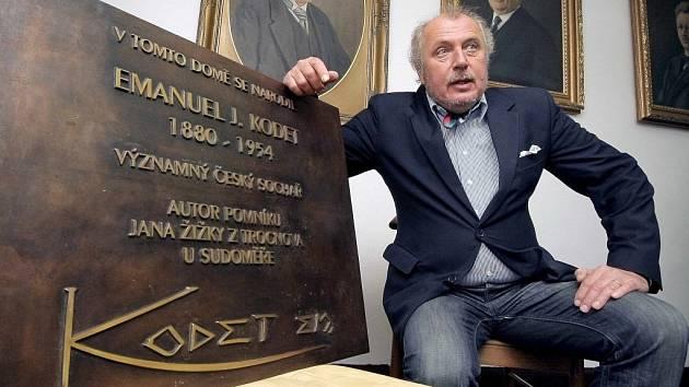 Malíř a sochař Kristian Kodet navrhl a nechal vytvořit bronzovou pamětní desku, která v Pelhřimově bude připomínat rodný dům jeho dědečka, sochaře a grafika Emanuela Juliana Kodeta (1880-1954).