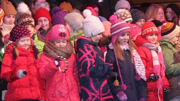 Tisíce lidí v Pelhřimově si v neděli vpodvečer nenechaly ujít slavnostní rozsvícení vánočního stromu na Masarykově náměstí.