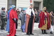 """""""Tři králové přicházejí"""" je název akce, která zahájí Tříkrálovou sbírku v Humpolci u děkanství na Horním náměstí. Lidé zde budou moci zhlédnout živý betlém."""