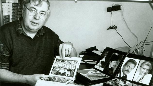 Josef Dostál začal s aktivním sběratelstvím v roce 1998. Jeho sbírka se aktuálně blíží k sedmi tisícům fotografií s autogramy.