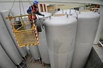 Areál pivovaru se nemůže rozrůstat do šířky, nové nádoby proto zapustili do země.