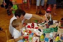Děti při výrobě hraček popustily uzdu fantazii a s barvami se pořádně vyřádily.