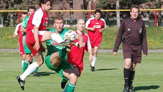 Pelhřimovští fotbalistté se za výkon proti favorizovanému Havlíčkovu Brodu stydět nemusejí. V urputné bitvě vyválčili bod za remízu 2:2. Tvrdost kolíků soupeře v situaci na snímku okusil David Martínek (vlevo).