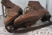 Pelhřimovské muzeum pro dokumentaci vývoje zimních sportů a jejich nářadí využívá také figurín. Nechybí ani různé typy bruslí a lyží a řada cenných dokumentů.