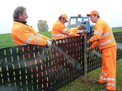 Silničáři instalují zásněžky.