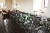 Expozice historických jednostopých vozidel vnáší do interiéru hradu Kámen jiný rozměr připomínky starých časů, než jaký bývá obvyklý.