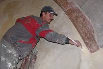 Jakými vlastnostmi má  oplývat správný malíř kostelů? Rozhodně musí umět vzít za práci, protože omítky k obsloužení je více než dost. Musí mít přesnou ruku, štětcem si často pohrává těsně vedle památkově chráněných maleb.