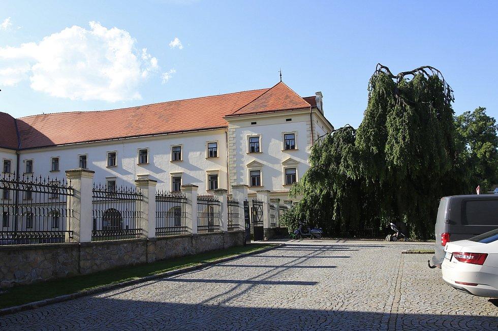 Pacovský zámek, kde sídlí mimo jiné i úřad.