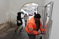 Pracovníci technických služeb instalovali nové skříňky v Rynárecké bráně v minulých dnech.