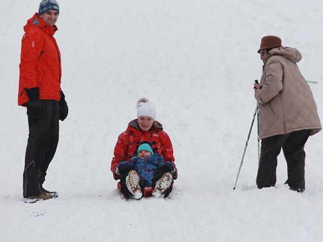 Sportovci a děti na Pelhřimovsku se od minulého víkendu konečně radují z přírodního sněhu.