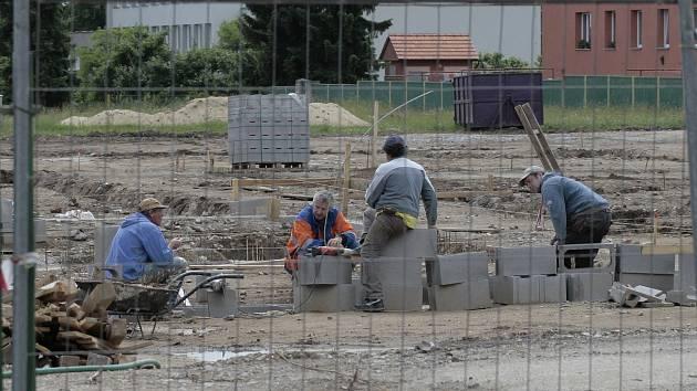 Na místě zbourané staré mateřské školy se už objevují základy nového areálu.