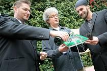 Ondřej Materna, Miroslav Marek a Adam Čeladín (zleva) v úterý na dvoře pelhřimovské radnice pokřtili nejnovější vydání Guinnessovy knihy rekordů.