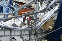 Na snímku je vidět, co zbylo po pádu střechy zimního stadionu v Humpolci. Ta se zřítila 10. února 2006.