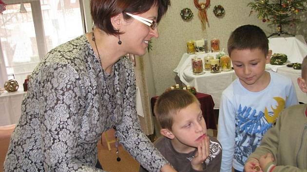 Daniela Kociánová seznamuje Humpolecké s tradicí Vánoc a tvořivými technikami.