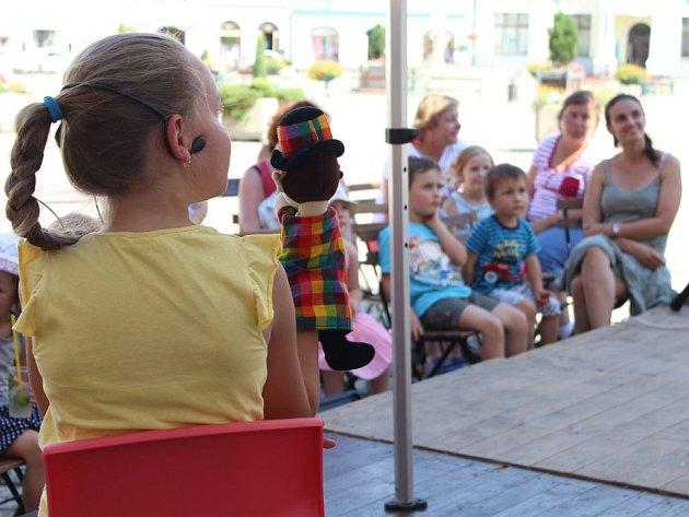 Maňáskové divadlo malé diváky zaujalo.