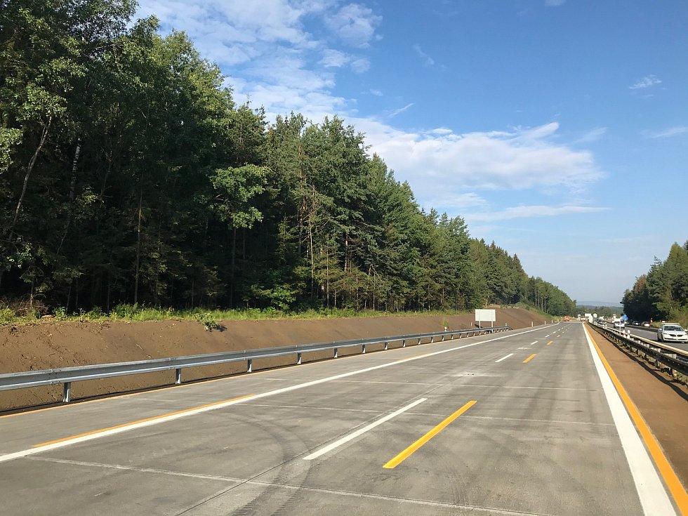 Zrekonstruovaný úsek mezi Větrným Jeníkovem a Humpolcem předtím, než sem stavební firma převede provoz.