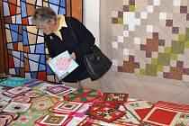 Až do 28. listopadu mohou milovníci ručních prací načerpat inspiraci a třeba si i něco zakoupit na prodejní výstavě s názvem Patchwork z Vysočiny, která je k vidění ve výstavním sále humpoleckého muzea na Dolním náměstí.