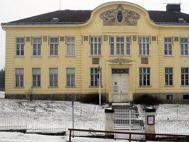Téměř sto let starou budovu školy považují Častrovští za dominantu obce.
