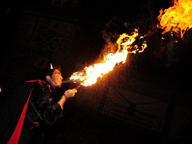 Poutní místo Křemešník o víkendu hostilo skupinku rozdováděných čertů plivajících oheň, usedlého a vlídného Mikuláše s vlastním divadélkem. Po celou sobotu byl pro děti připraven bohatý doprovodný program a řemeslné dílny,