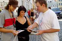 Dobrovolníci z Občanského sdružení Mládež za lidská práva rozdávali brožurky s informacemi o lidských právech.