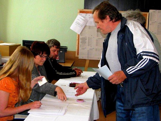 První voliči přišli k urnám v Humpolci