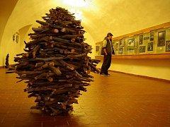 Výstava Ze–mě–art představuje objekty a skulptury vyrobené z přírodních materiálů.