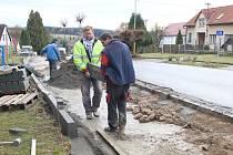 Opravy chodníků se rozběhly.
