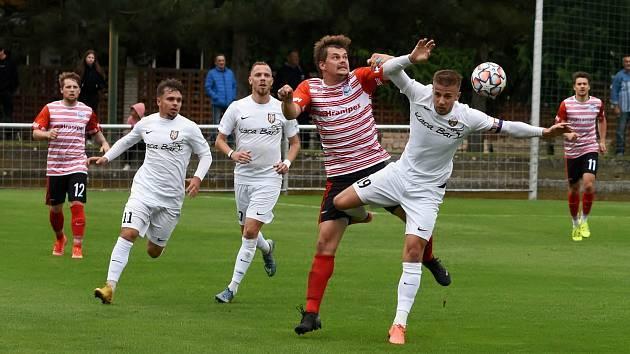 Fotbalisté Humpolce (v pruhovaných dresech) přivezli v sobotním dopoledni tři body z Havlíčkova Bodu za výhru 2:1.