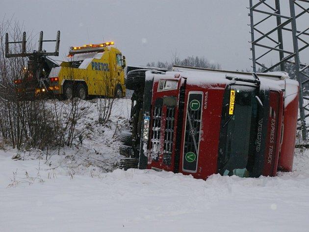 Převrácený kamion u Pelhřimova
