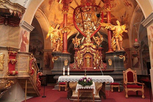 Oltář vpoutním kostele Nejsvětější Trojice na Křemešníku.