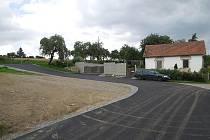 Svatojánská ulice má asfaltový povrch.