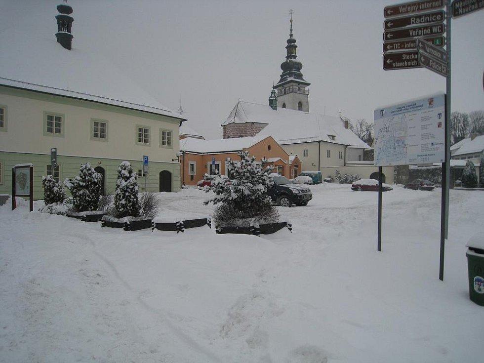 Zatímco silnice v Pelhřimově jsou jakž takž průjezdné, parkoviště jsou naprosto nepoužitelné.