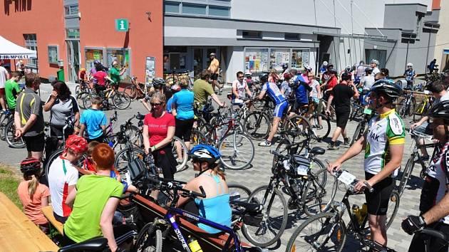 Rok od roku se na Havlíčkově náměstí na akci S kolem kolem Humpolce schází víc a víc cyklistů. Loni padl rekord, když na kola nesedlo celkem 153 závodníků i pohodářů.