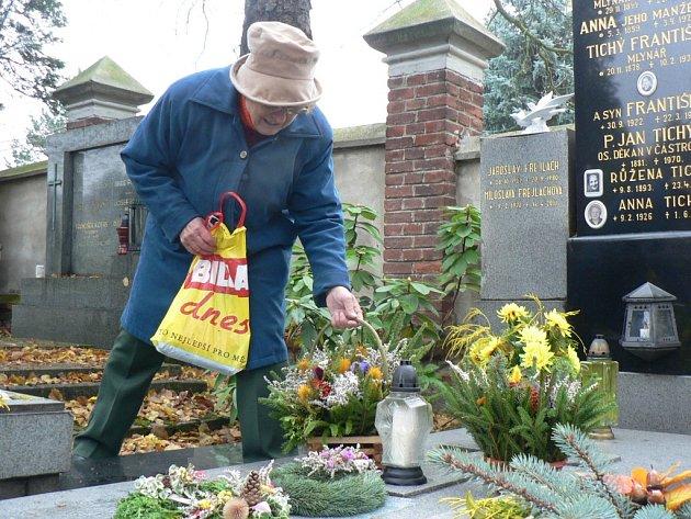 Zapálit svíčku  před Památkou zesnulých přišla ve čtvrtek na pelhřimovský hřbitov i Věra Sůvová.