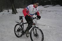 Na sjezdovce řádilo dvacet nadšenců na kolech v rámci nultého ročníku sněžného slalomu.