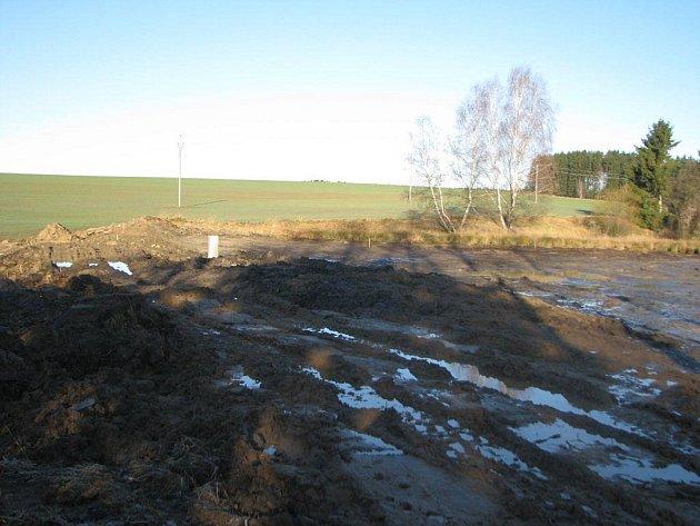 Bagrování častrovského rybníka se kvůli měkké zemině dokončí až s nástupem zimy.